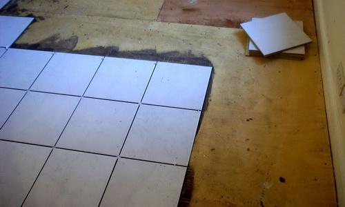 Плитка, уложенная на фанеру