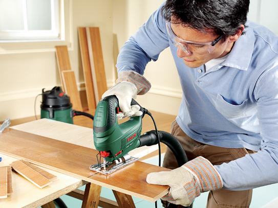 Распиливание древесины с помощью электролобзика
