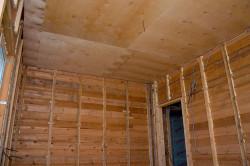 Обшивка потолка листами фанеры