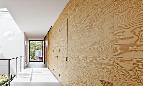 Стена из фанеры служит декоративной отделкой