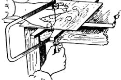 Процесс выпиливания лобзиком с помощью подставки